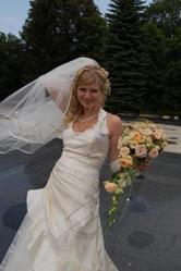 Продам весільну сукню з рукавичками